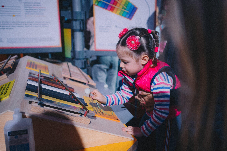 SCIENCE MUSEUM Діти знайомляться з інтерактивами _Музею науки_-min